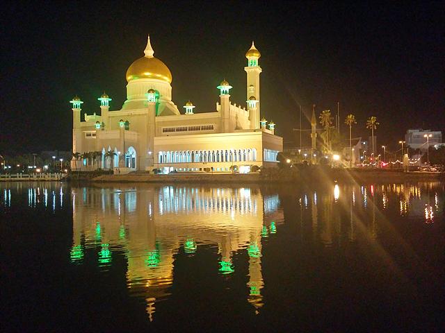 물위에 떠있는 황금사원의 야경. 조명으로 빛나고 있다.
