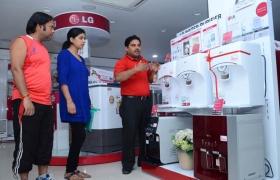 인도 뉴델리에 위치한 한 가전 매장의 직원이 고객에게 LG 정수기를 설명하고 있는 모습입니다.