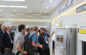 'LG 홈챗 존'을 방문한 베네룩스 기자단이 '홈챗' 서비스를 지원하는 LG 프리미엄 스마트가전 제품을 둘러보고 있는 모습입니다.