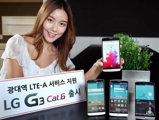 여의도 LG 트윈타워에서 모델이 'LG G3 Cat.6'를 들고 환하게 웃으며 포즈를 취하고 있습니다.