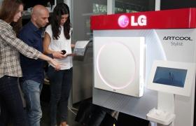 매장을 찾은 고객들이 혁신 디자인을 적용한 LG전자 '아트쿨 스타일리스' 에어컨을 둘러보고 있는 모습니다.