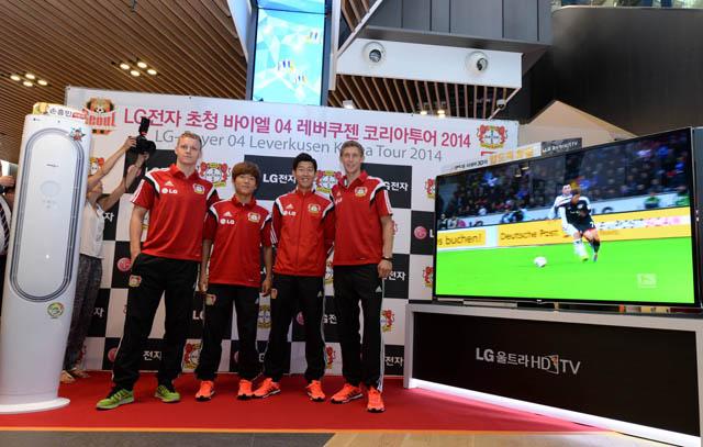 행사에 참여한 베른트 레노(왼쪽 끝), 류승우(왼쪽에서 두번째), 손흥민(가운데), 슈테판 키슬링(오른쪽 끝) 선수들 모습입니다.