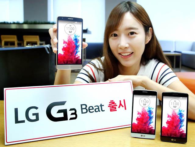 모델이 'LG G3 비트'를 들고 환하게 웃으며 포즈를 취하고 있습니다.