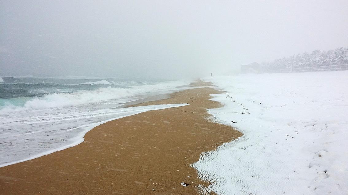 LG G2로 촬영한 강릉 경포해변, 하얗게 퍼지는 파도와 모래사장에 쌓인 눈의 모습