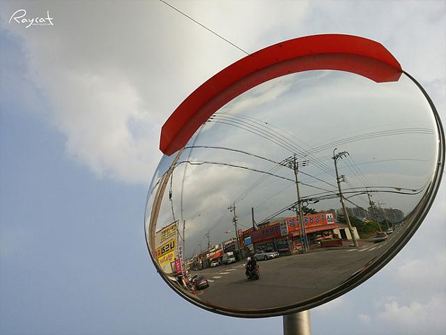 동그란 거울 속에 보이는 어느 삼거리 풍경