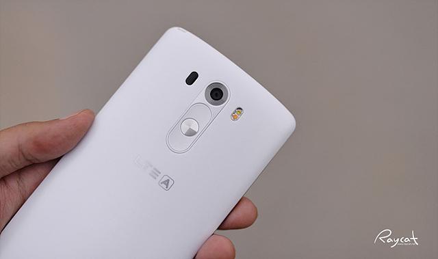 한 손으로 G3 화이트 모델을 들고 있다. 사진은 G3의 뒷모습