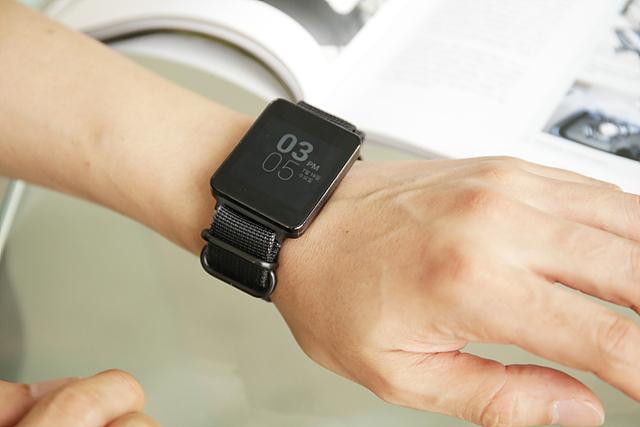 캐주얼한 스트랩으로 교체한 블랙컬러의 G워치. 손목에 차고 있는 G워치 디스플레이에서 시간이 보인다.