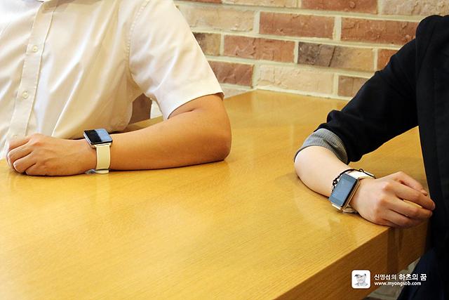 LG G워치를 착용한 진승환 차장, 김현영 대리의 모습. 손목 부분을 클로즈업 한 사진