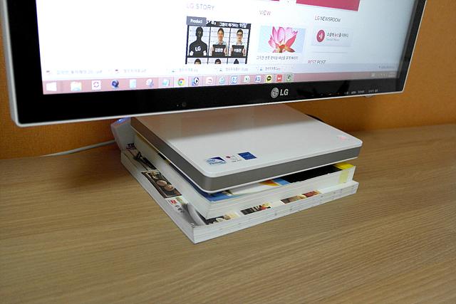 모니터 아래 책을 받쳐 놓은 모습