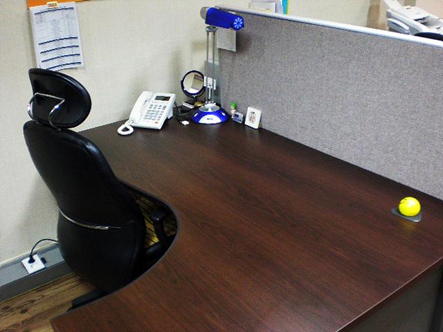 빈자리로 착각들 정도로 깨끗한 책상