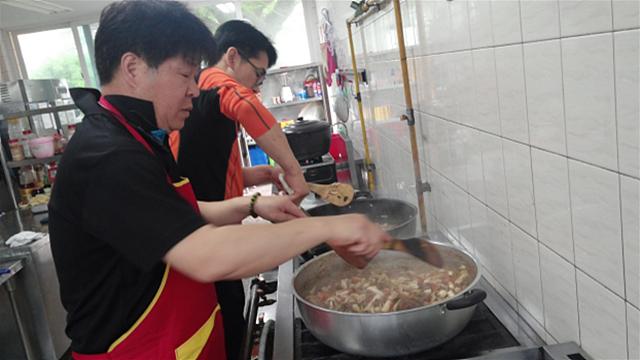 27년간 보육원에서 봉사활동하고 있는 넝쿨회 팀. 주방에서 음식을 조리하고 있다.