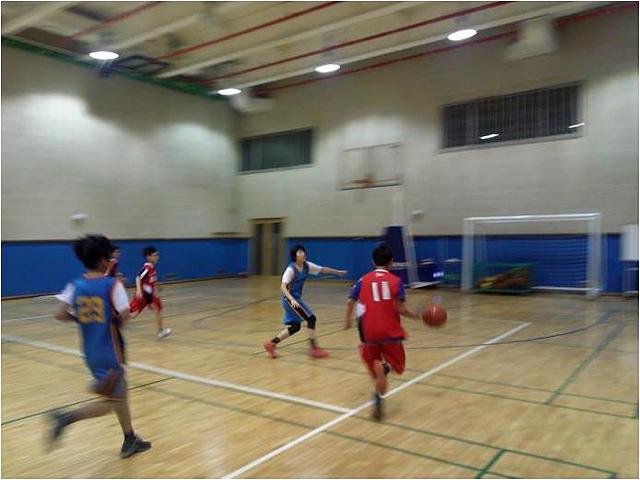 다문화가정 유소년 농구교실에서 농구지도 봉사활동을 하는 또도스 팀. 함께 농구경기를 하는 모습이다.