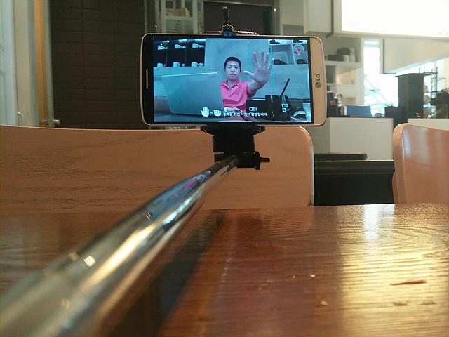 셀카봉을 활용해 G3로 셀피를 찍는 모습! 화면에 손을 들어 올리고 있는 한 남성의 모습이 보인다.