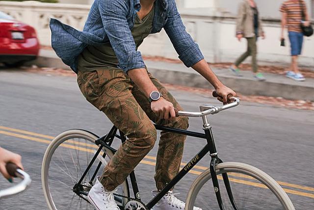 안드로이드웨어를 착용하고 자전거를 타는 젊은 남성의 모습