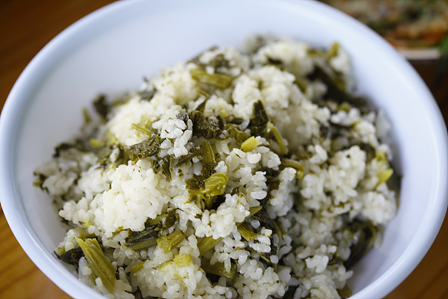 곤드레밥이 밥그릇에 담겨 있다.
