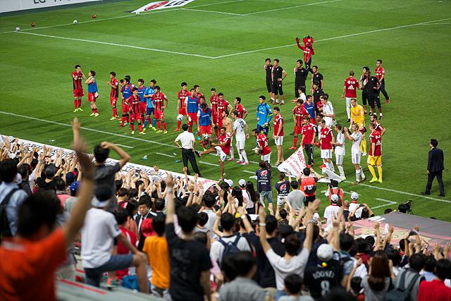 레버쿠젠 선수들과 FC서울 선수들이 축구공을 경품으로 나눠주는 모습