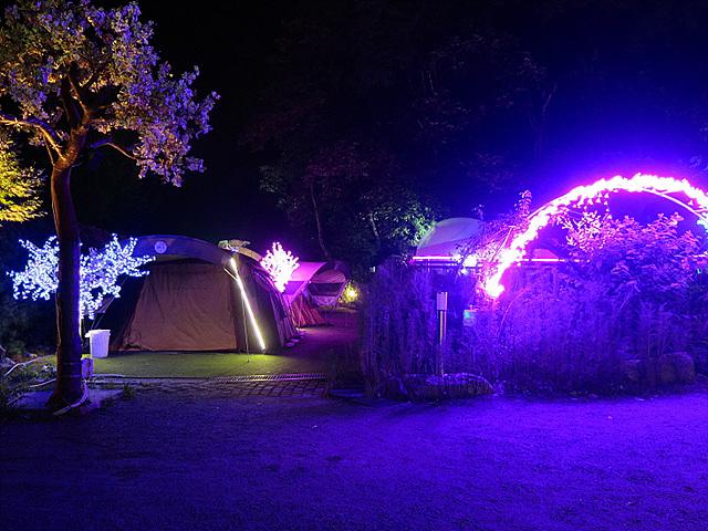 조명으로 빛나는 한밤중의 캠핑장
