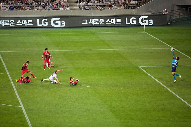 키슬링이 슛을 날리고 주저않는 모습, 유상훈 골키퍼가 손을 뻗어 선방하는 모습.