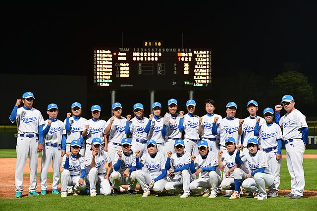 경기가 끝난 후 한국 선수들이 단체로 화이팅 포즈를 취하고 있다