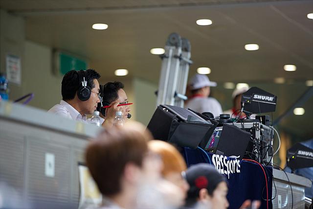 SBS SPORTS에서 아나운서들이 축구 경기를 중계하고 있다.