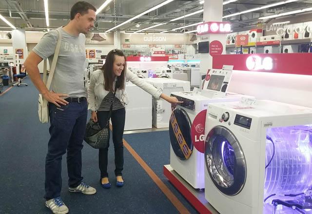 프랑스 파리 시내 전자매장을 찾은 고객들이 LG 드럼세탁기 신제품을 둘러보고 있는 모습 입니다.