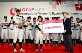 우승팀인 일본의 '오사카체육대학'팀 선수들이 LG전자 구본준 부회장과 기념촬영을 하고 있는 모습 입니다.