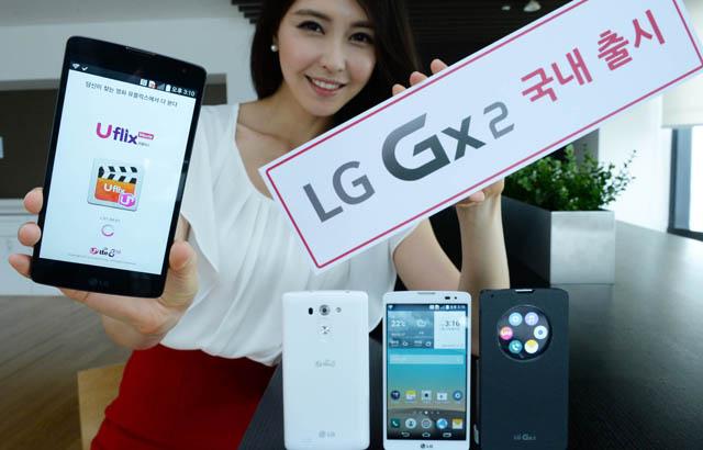 모델이 'LG Gx2' 블랙, 화이트 색상 제품과 함께 포즈를 취하고 있습니다.