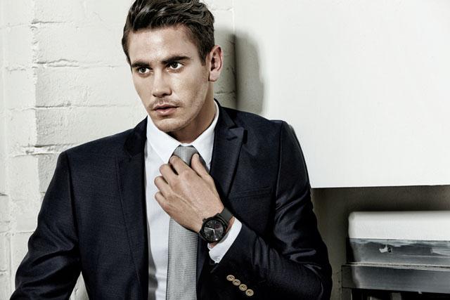남자모델이 'LG G워치R' 제품을 착용한 이미지