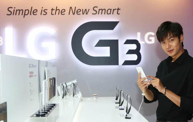 중국 LG전자 모델 이민호씨가 G3를 체험해 보는 모습 입니다.
