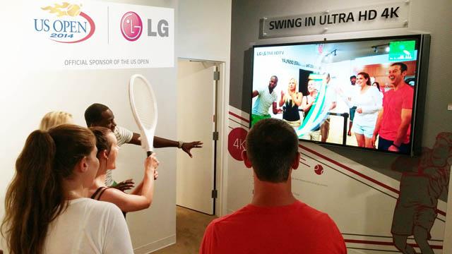 LG전자 체험존을 방문한 관람객이 본인의 스윙동작을 울트라HD 화질로 체험하고 있는 모습 입니다.