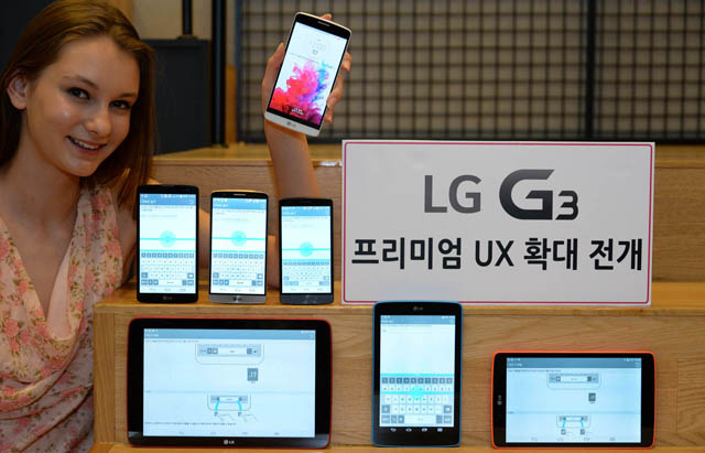 외국인 모델이 'LG G3'의 UX를 탑재한 LG 스마트폰, 태블릿을 소개하고 있는 모습 입니다.
