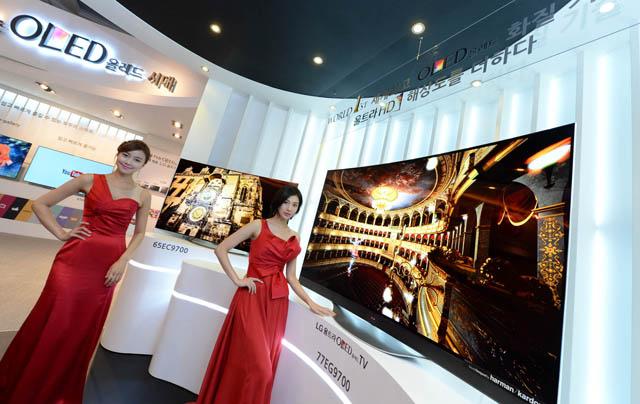 모델들이 세계 최초 울트라 올레드 TV와 함께 포즈를 취하고 있습니다.