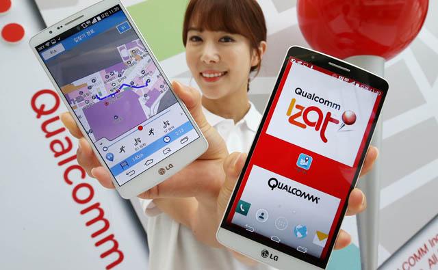 모델이 '이잿(IZat™)'과 '다울'지도앱을 탑재한 'LG G3'를 들고 환하게 웃으며 포즈를 취하고 있습니다.