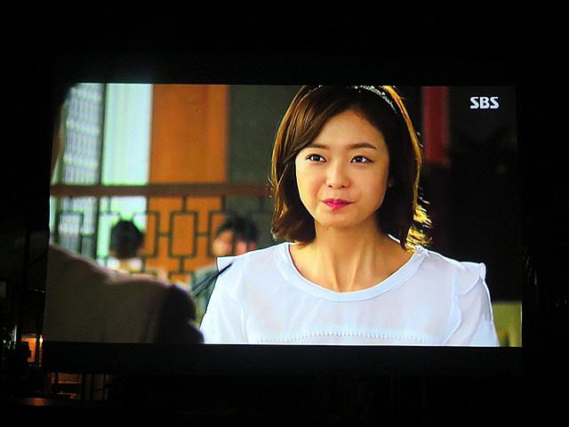 어두운 밤, 스크린으로 드라마의 한 장면이 출력되고 있다.