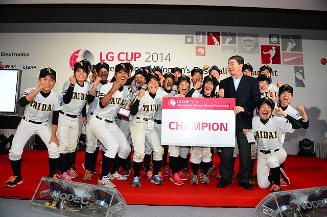 챔피온 카드를 들고 기뻐하는 외국인 선수들의 단체 사진
