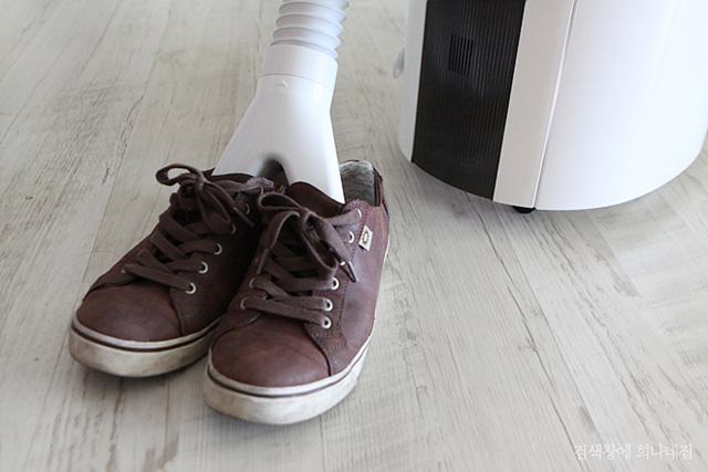 제습기로 신발의 습기를 제거하고 있다.
