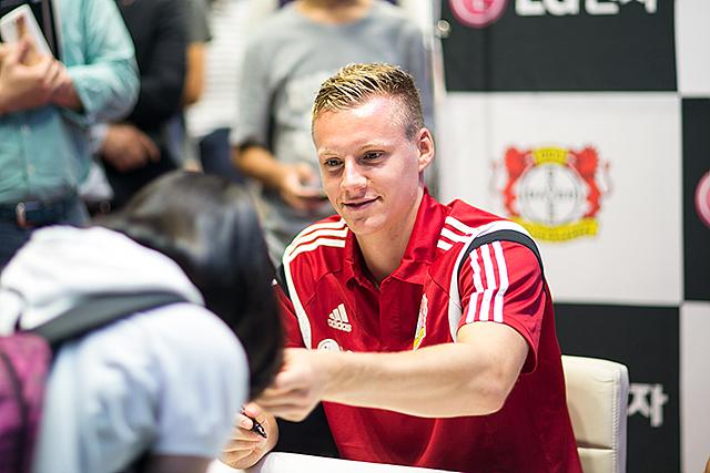 슈테판 키슬링 선수가 미소를 지으며 싸인한 종이를 건네고 있다.