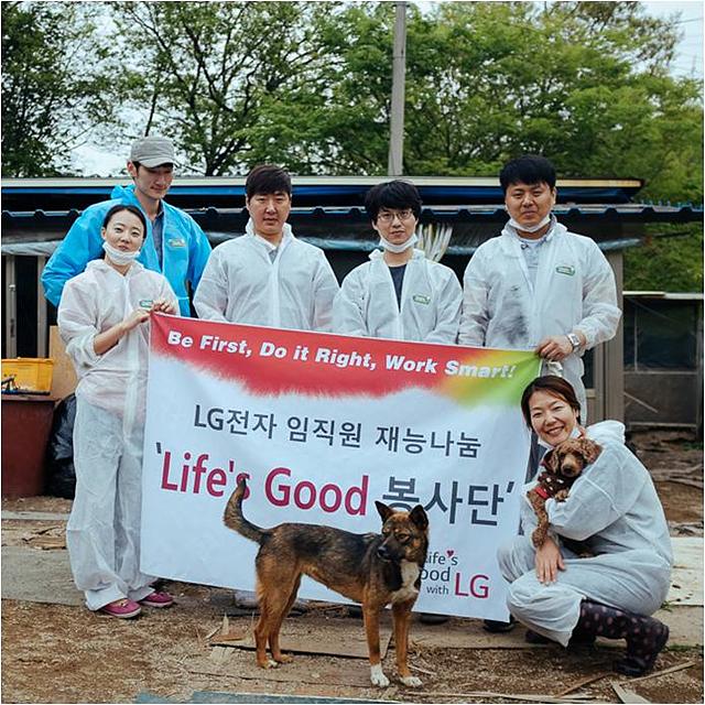 유기견과 기념촬영하는 HAE(해)맑은 봉사단
