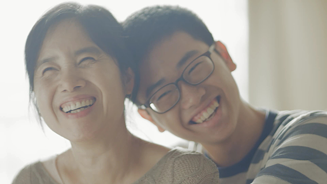 LG전자 아이디어LG 광고 영상. 엄마와 아들이 나란히 앉아 웃고 있다.