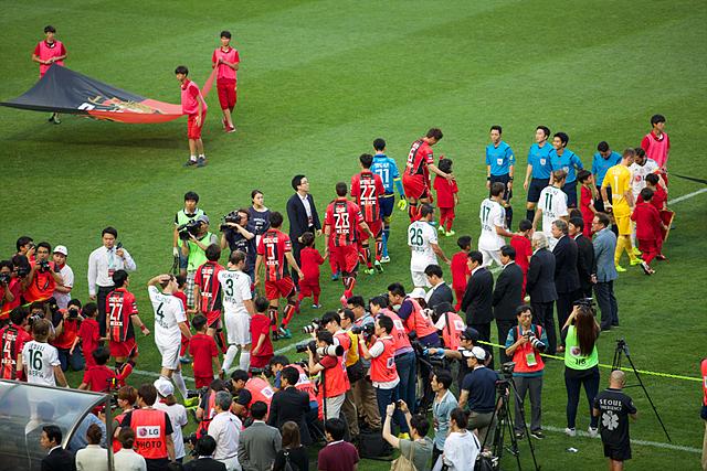 상암 월드컵 경기장으로 선수단이 입장하는 모습. 기자들이 포토존에서 선수들을 촬영하고 있다.