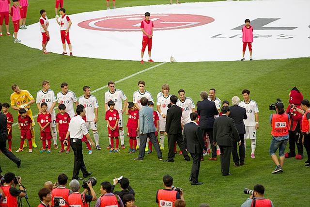 레버쿠젠 석에 서있는 손흥민선수. 관계자들이 선수들에게 악수를 청하고 있다.