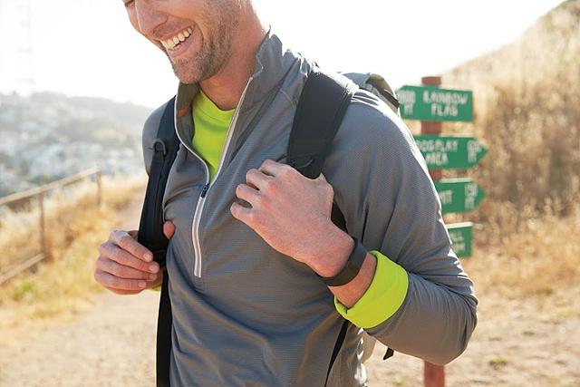 fitbit을 착용하고 배낭을 매고 있는 외국인 남성의 모습