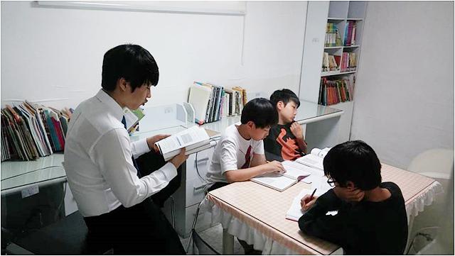 컴퓨터 활용 방법을 가르치고 자격증 시험도 도전하는 Performance팀. 수업을 받고 있는 남자아이들의 모습.