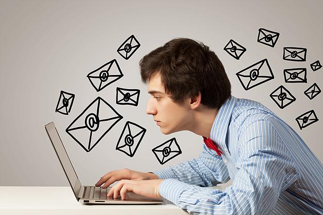 컴퓨터 앞에서 소셜네트워크에 집중하고있는 남자
