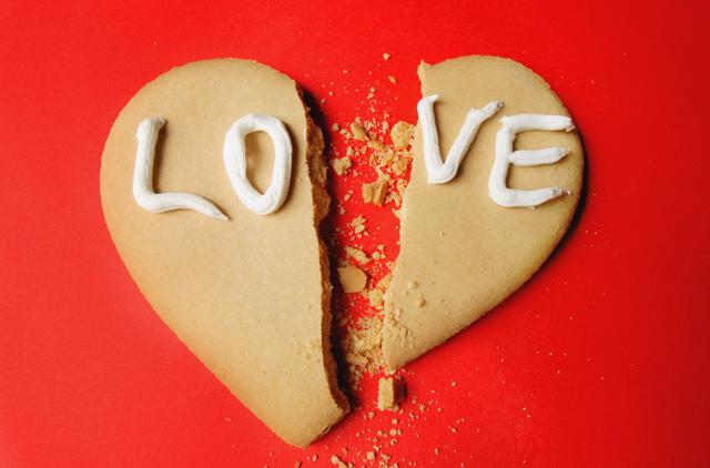 깨진 사랑. 'LOVE'라는 문구가 써진 쿠키가 반으로 깨져있다.