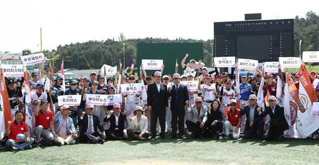 LG전자가 공식 후원하는 '제 3회 LG배 한국여자야구대회'가 13일 개막했다. 13일 전북 익산에서 열린 개막식에서 LG전자 구본준 부회장(한 가운데)을 비롯한 주요관계자들과 선수들이 기념촬영을 하고 있다.