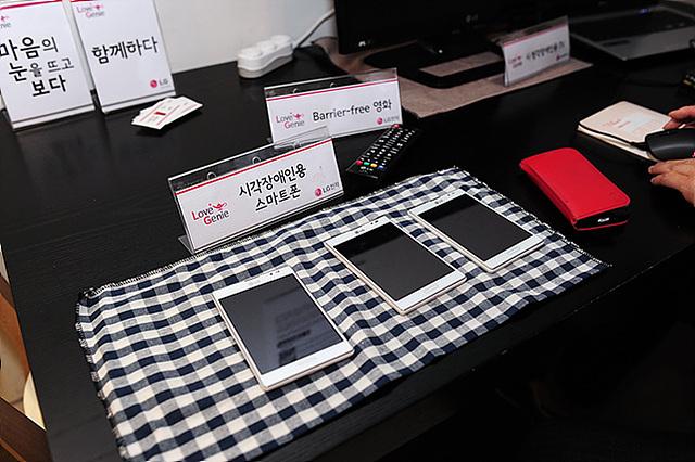 테이블 위에 시각장애인용 스마트폰이 놓여 있다.