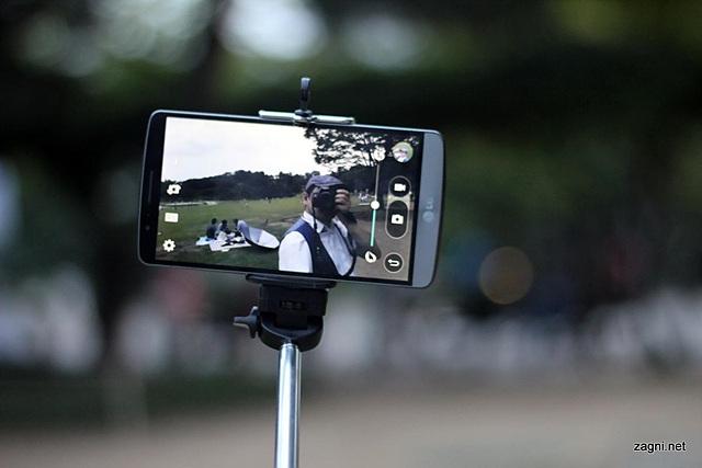 G3와 셀카봉으로 사진을 촬영하고 있다.