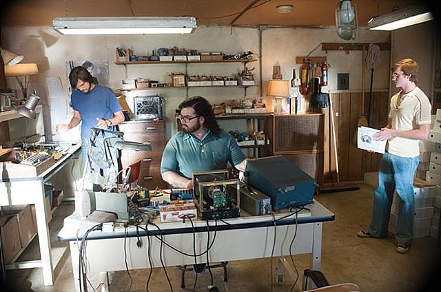 영화 '잡스'의 한 장면. 집 차고에 사무실을 차려 작업 중인 잡스가 보인다.
