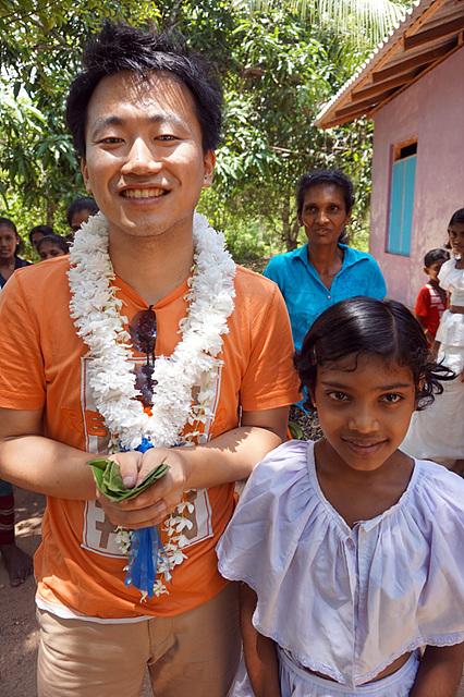 꽃목걸이를 건 채 웃고 있는 조대득 주임 연구원(왼쪽)과 수무두(오른쪽)